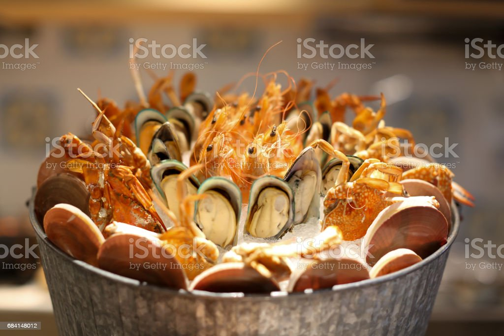 Nicely placed shrimp, mussels, seafood on ice in a bucket. Dining. royalty free stockfoto