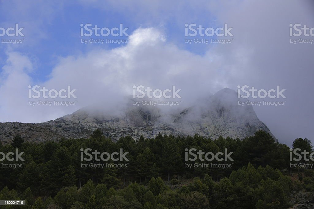 niebla y 니에베 en 쿰브레 공제율 Gredos royalty-free 스톡 사진