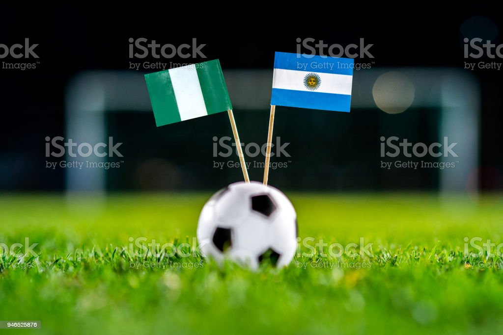 Nigeria - Argentina, Grupo D, martes, 26. Junio, fútbol, mundial, Rusia 2018, banderas nacionales sobre la verde hierba, blanco pelota de futbol en la tierra. - foto de stock