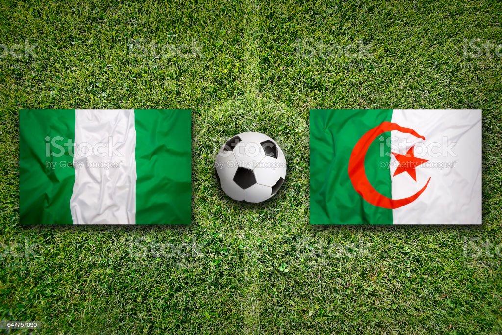 Nigeria vs. Algerien Fahnen auf Fußballplatz – Foto