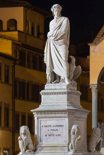 nahe ansicht von dante alighieri statue in florenz, italien - göttliche komödie stock-fotos und bilder