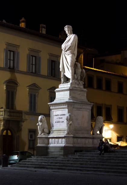 nahe ansicht von dante alighieri statue in florenz - göttliche komödie stock-fotos und bilder