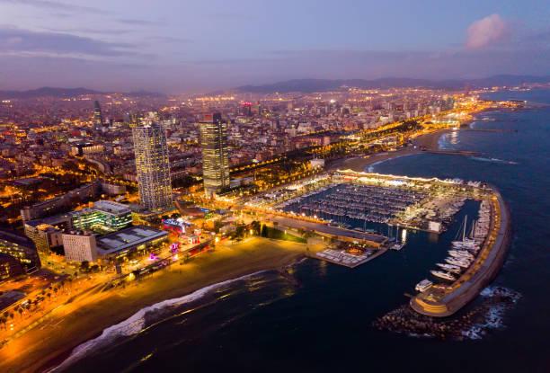 Nächtliche Aussicht von den Drohnen der Küste in Barcelona mit dem Meer – Foto