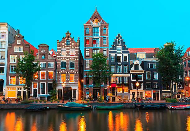 Noche de la ciudad y Casas típicas de Amsterdam, Holland, Países Bajos - foto de stock
