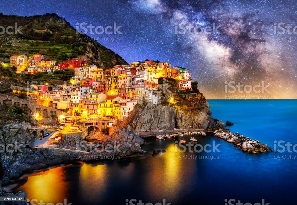 night blue hour manarola cinque terre liguria italy milky way - foto stock