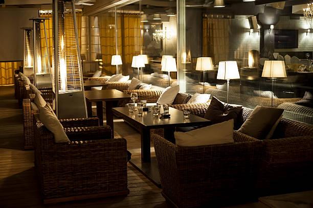 nacht-café - club sofa stock-fotos und bilder