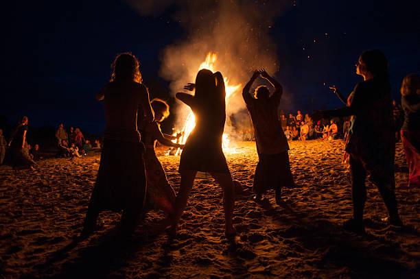 nacht lagerfeuer - tanz camp stock-fotos und bilder