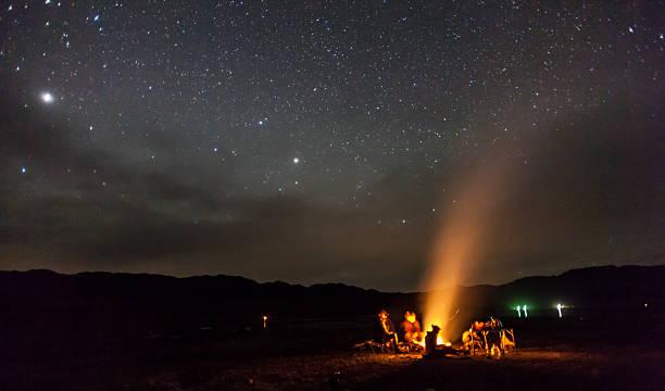 campeggio notte sotto le stelle montagne - falò foto e immagini stock
