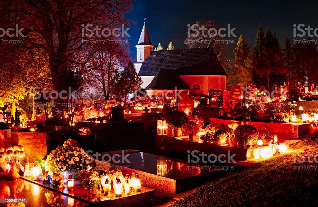 Nacht-Friedhof an Allerheiligen in der Slowakei. ProPhoto RGB-Farbraum. – Foto