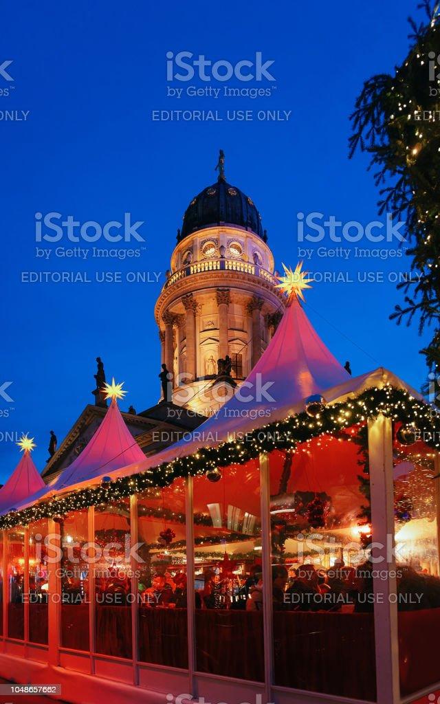 Deutschland Weihnachtsmarkt.Nachtweihnachtsmarkt Der Gendarmenmarkt Im Winter Berlin Deutschland