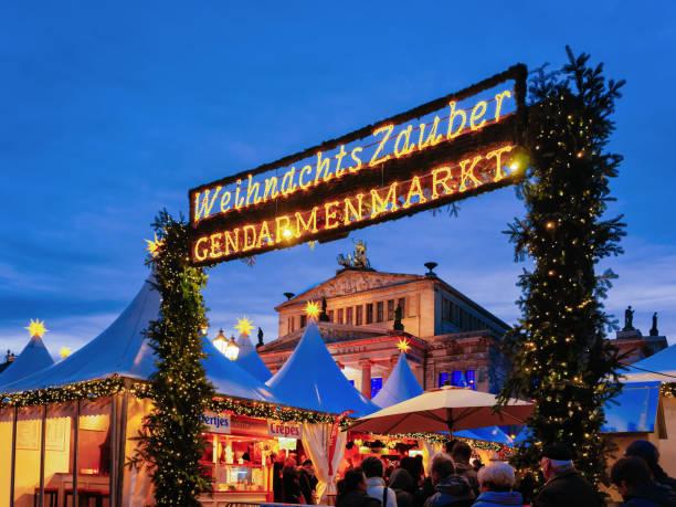 nacht weihnachtsmarkt gendarmenmarkt in winter berlin deutschland - weihnachtsmarkt am gendarmenmarkt stock-fotos und bilder