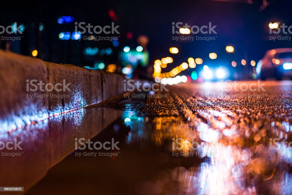 Night city after rain, a reflection of the city at night in the water photo libre de droits
