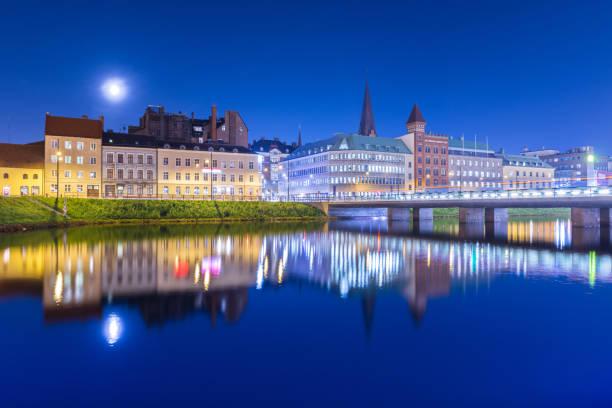 night city speglas i vattnet. kvällen panorama av en gammal europeisk stad. stadsbilden i malmö - skåne bildbanksfoton och bilder