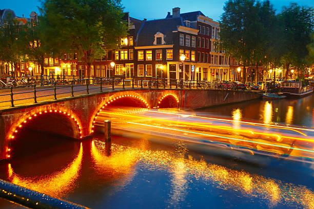 night city view of amsterdam canal and bridge - keizersgracht stockfoto's en -beelden