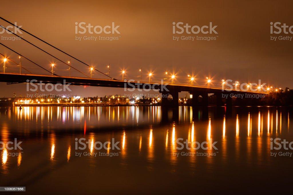 ville de nuit avec reflet des maisons dans la rivière - Photo
