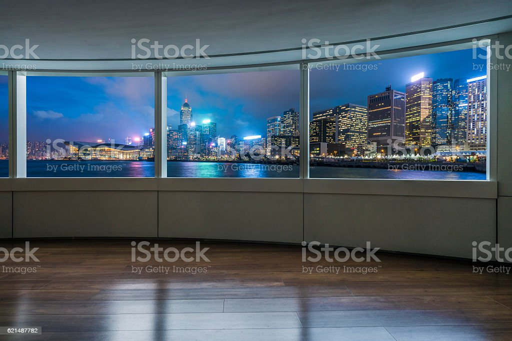 night cityscape and skyline of Hong Kong from glass window photo libre de droits