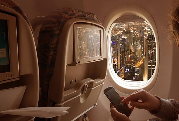 nacht stadtansicht von einem flugzeug - dubai urlaub stock-fotos und bilder