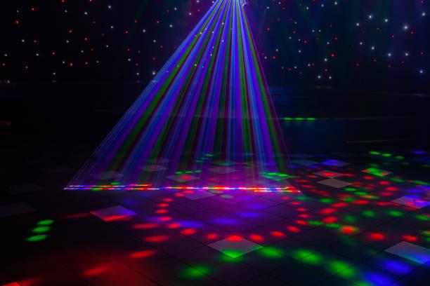 natt klubb laser ljus gör mönster på dans golvet i australien med en scen inställning i bakgrunden. inspiration till mardi gras eller nightlcub kampanjer. - dansbana bildbanksfoton och bilder