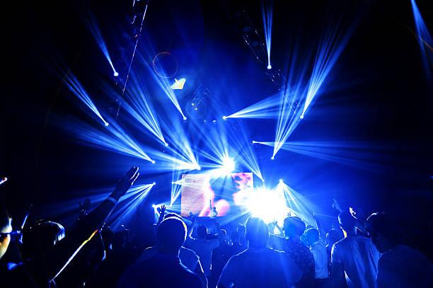 nuit de fête foule mains - dance music photos et images de collection