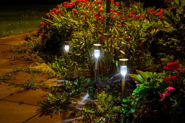 garten nachtlichter - solarleuchten stock-fotos und bilder