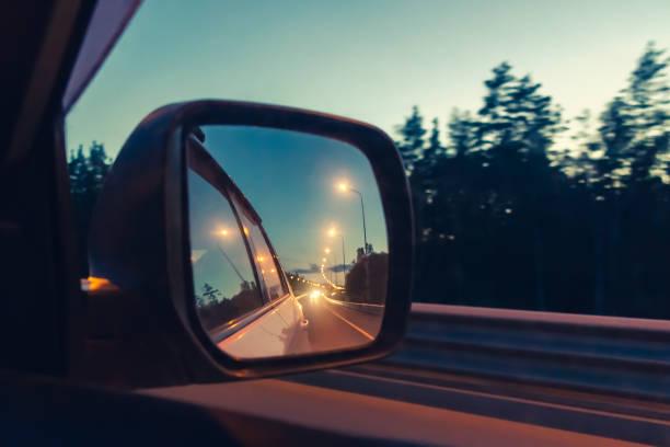 Nachtstraße im Seitenspiegel während der Fahrt-Foto, Bild Weichzeichnung – Foto