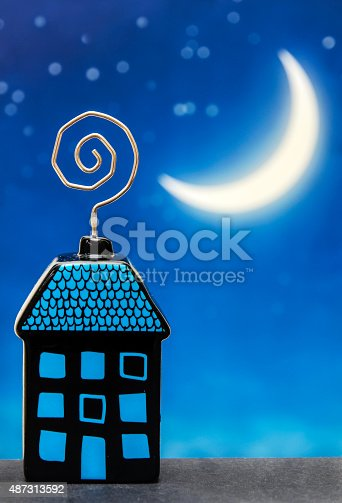 istock Night House 487313592