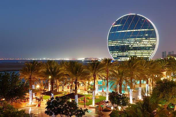 Nacht-Beleuchtung im Luxus-hotel und runden Gebäude – Foto