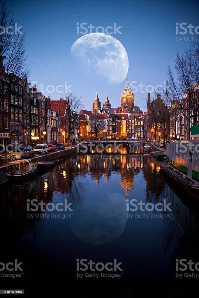 Por la noche en Amsterdam - foto de stock