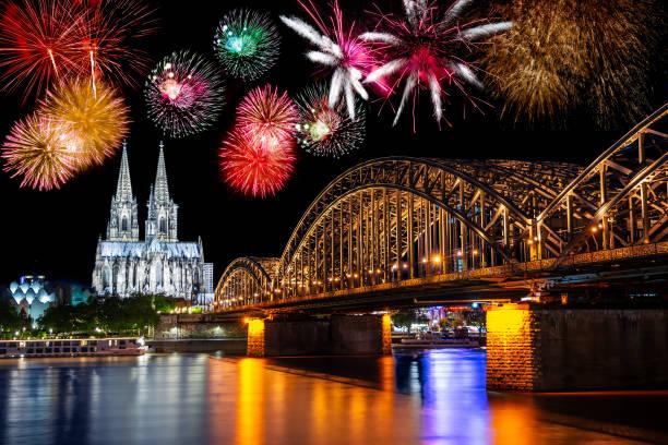 Nacht in Köln am Rhein mit Feuerwerk – Foto