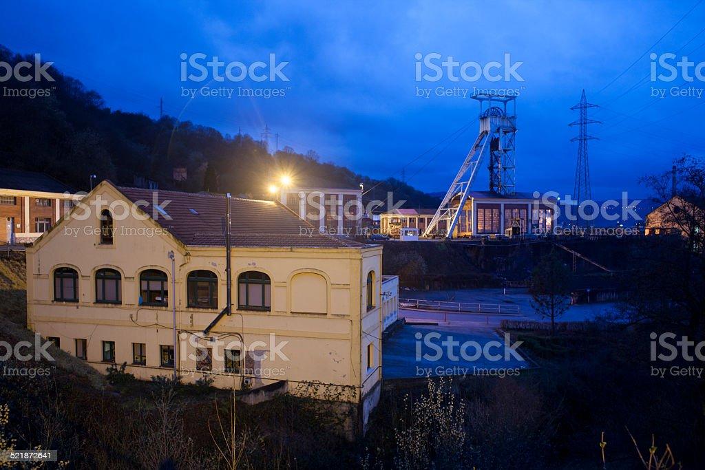 Paisaje nocturno de pozo de mina y edificio industrial en Asturias - foto de stock