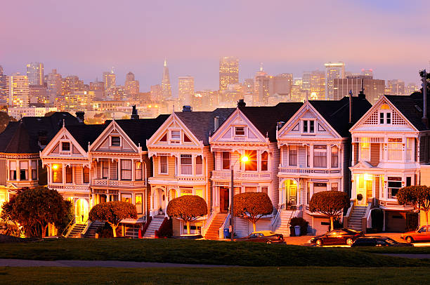 Paisaje nocturno con Painted Ladies (Las damas pintadas), Alamo Square, San Francisco - foto de stock