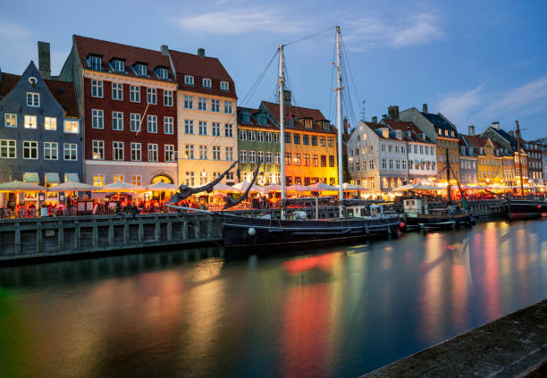 Nachtleben in Nyhavn Uferpromenade in Kopenhagen, Dänemark. – Foto