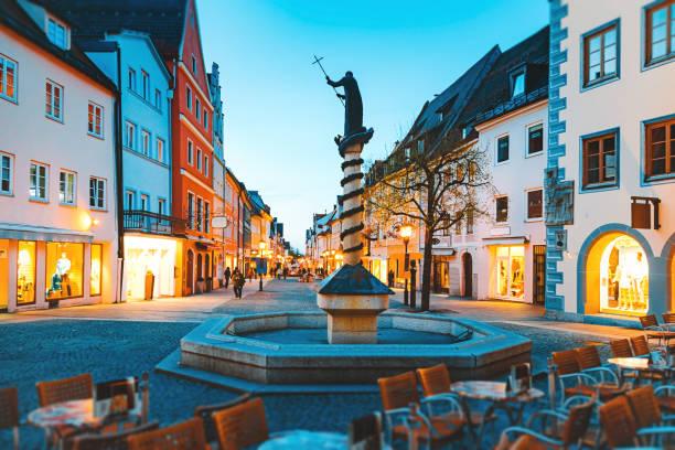 nachtleben in der altstadt füssen, bayern, deutschland - regierungsbezirk schwaben stock-fotos und bilder