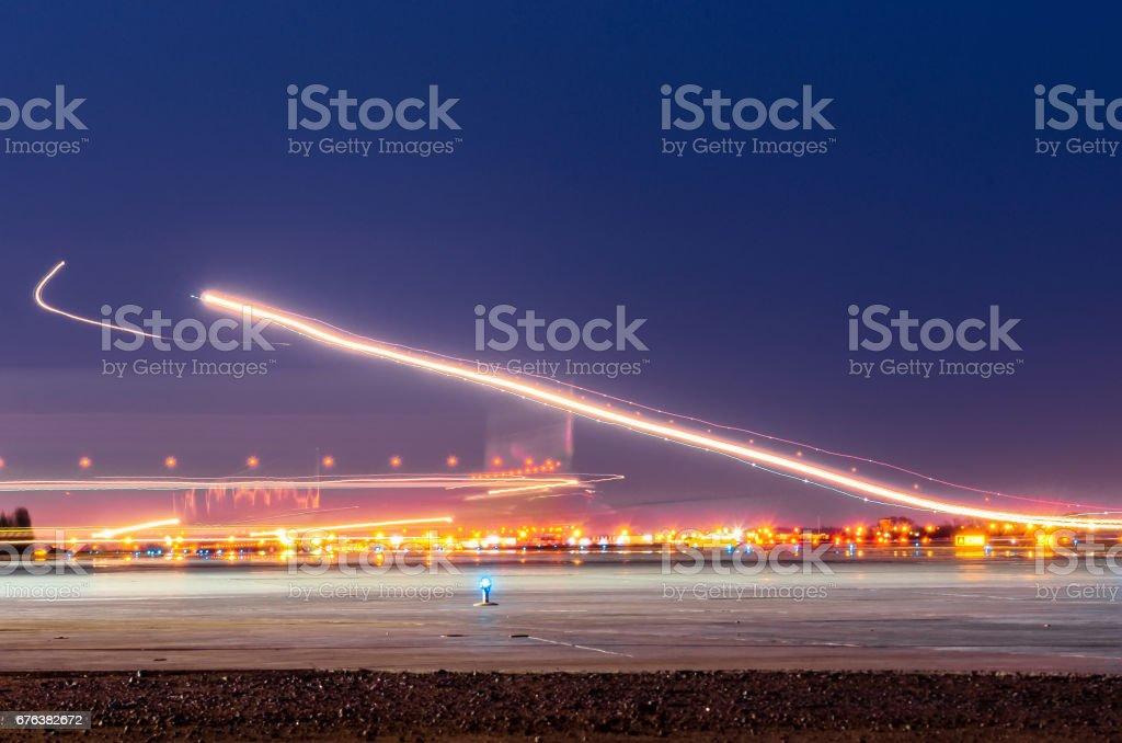Luces de noche, pistas de luces en el movimiento de las aeronaves en exposición prolongada - foto de stock