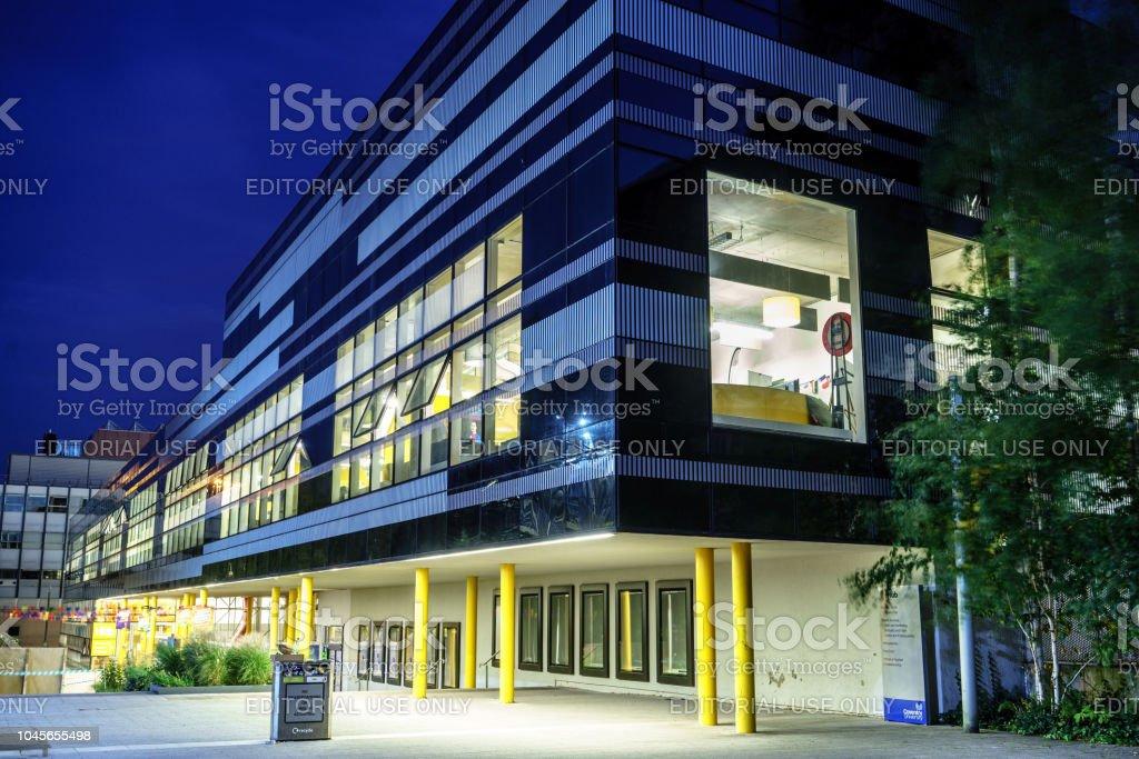 Imagen de larga exposición noche de centro el edificio de la Coventry University - foto de stock