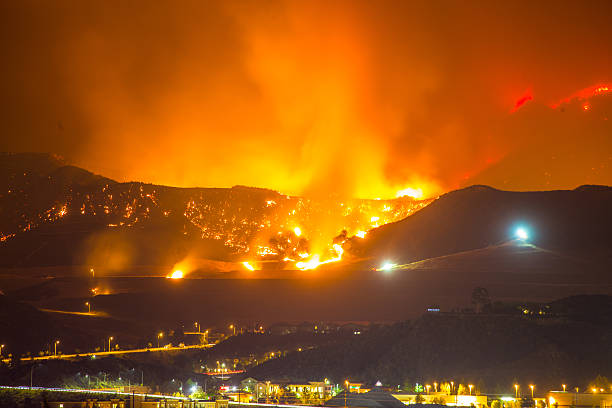 Night long exposure photograph of the Santa Clarita wildfire​​​ foto