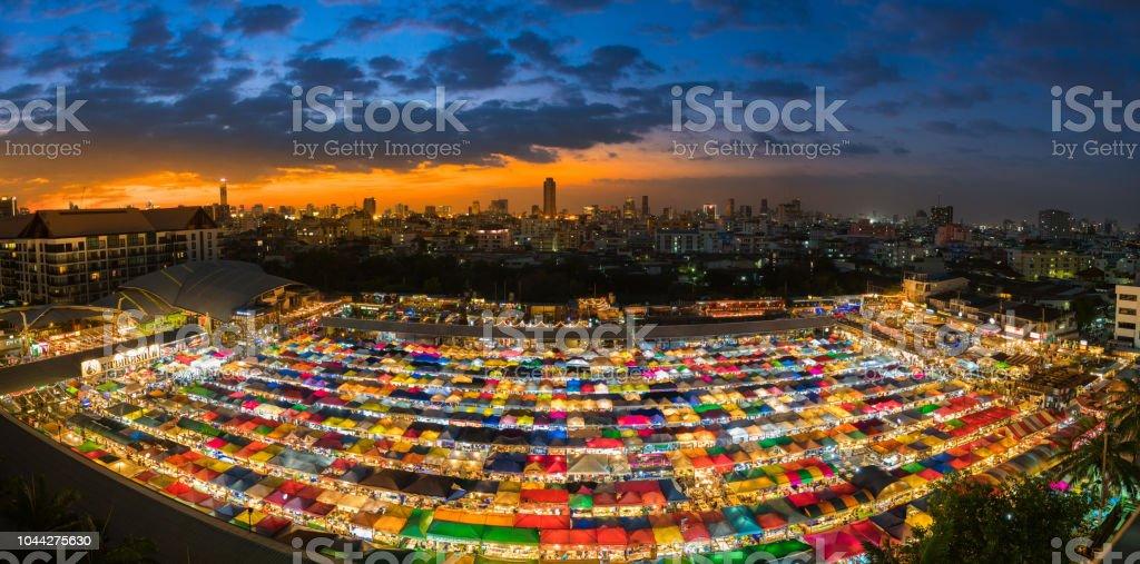 Nachtmarkt genannt Zug Nachtmarkt Ratchada Vogelperspektive, befindet sich auf Rückseite des Esplanade Ratchadapisek Kaufhaus, Bangkok, Thailand – Foto