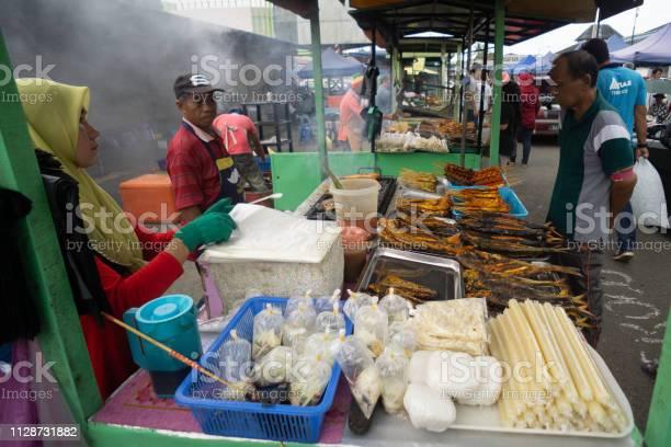 Night market vendor in sabah borneo picture id1128731882?b=1&k=6&m=1128731882&s=612x612&h=rnrihb4x5rw8uhsswrwyuvecqs5hfezlbpnjloedsuc=