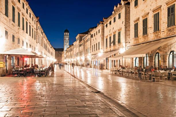 Nacht am Stradun, die Hauptstraße von Dubrovnik, Kroatien. – Foto