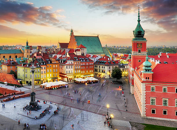 night panorama of old town in warsaw, poland - pologne photos et images de collection