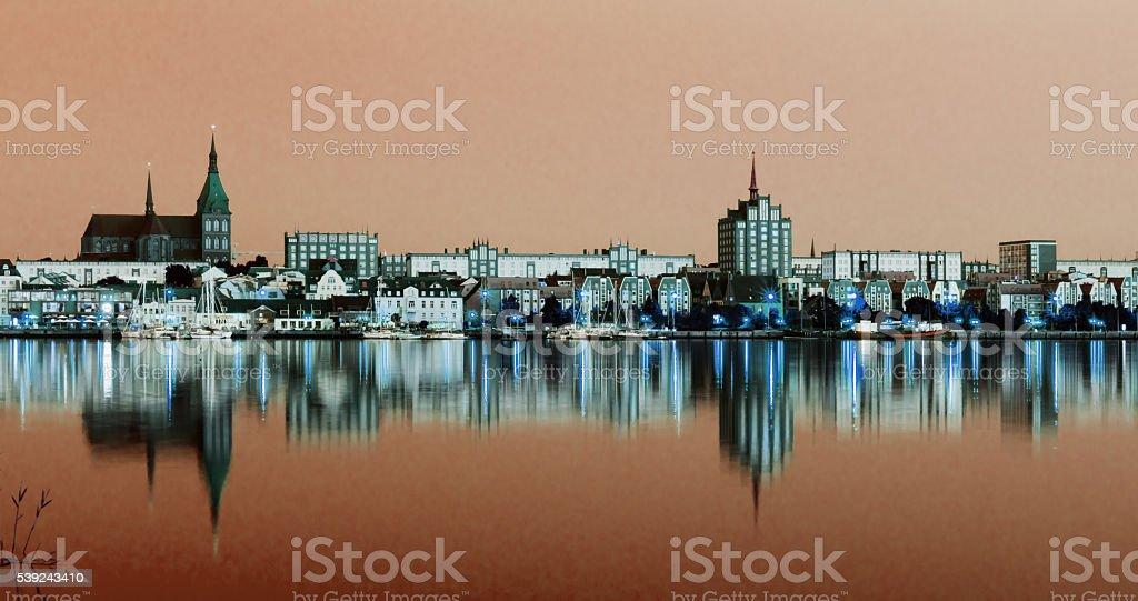 Noche de vista panorámica a Rostock. Río Warnow puerto y a la ciudad. foto de stock libre de derechos