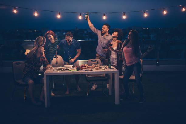 nacht party auf der terrasse! - terrassen lichterketten stock-fotos und bilder