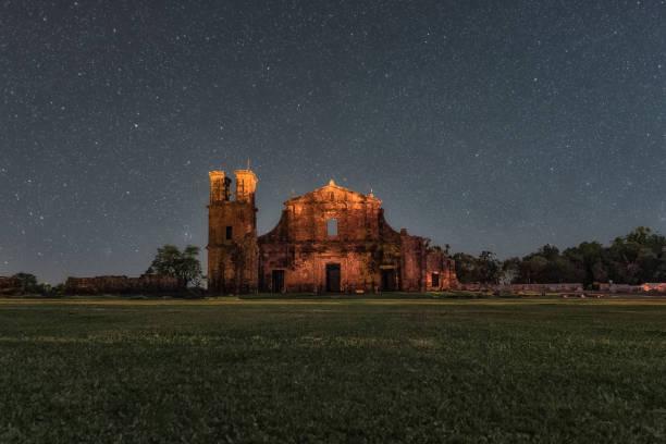 foto de noite das ruínas de são miguel das missões, rio grande do sul, brasil - rio grande do sul - fotografias e filmes do acervo