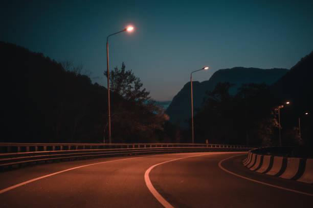 Nacht-Straße in die Berge – Foto