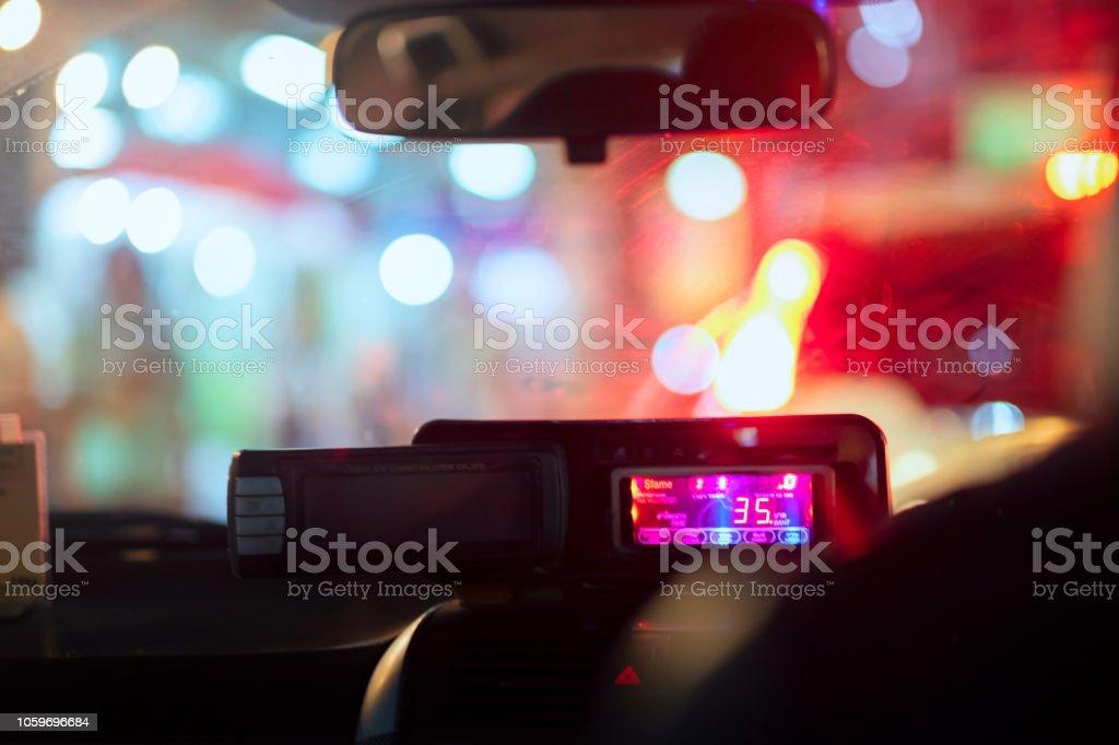Nachtansicht Straße von innen Taxameter leichte Naturstrasse und anderen Autos ist Bewegung verwischt, Reisen in der Nacht in Bangkok Thailand – Foto