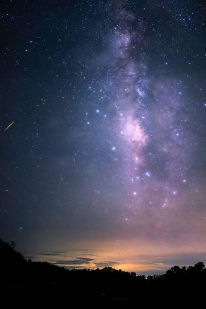 Nacht-Landschaft mit schönen bunten Milchstraße und gelb Abendlicht. Weltraum Hintergrund. Stary Himmel am Berg. – Foto