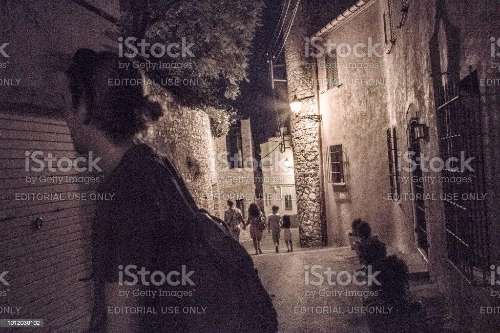 Escena de la noche en calle estrecha - foto de stock