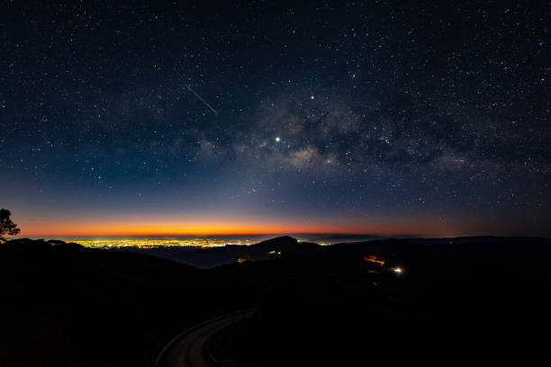 Fundo de Via Láctea de cena de noite - foto de acervo
