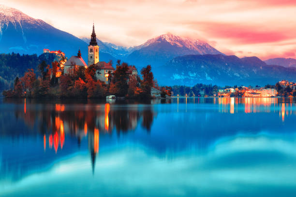 night scene of bled lake in slovenia - eslovênia - fotografias e filmes do acervo