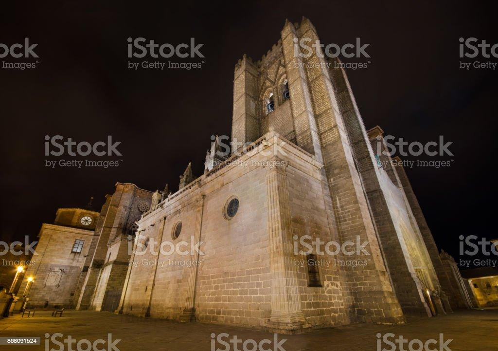 Escena nocturna de la famosa catedral de Ávila, Castilla y León, España. - foto de stock
